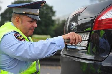 Дорожным инспекторам в России могут запретить снимать номера с автомобилей
