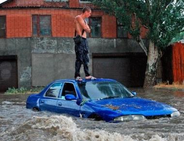 В Ростове-на-Дону ливнем смыло номера с автомобилей